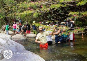 Caminata con los ojos vendados durante el Laboratorio de Verdad y Reconciliación en el Viente de la Madre Tierra. Noviembre 2019 - Reserva Natural San Cipriano, Valle del Cauca.